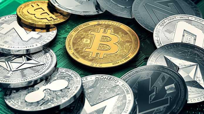 Münzen mit diversen Logos, darunter das Bitcoin-Logo