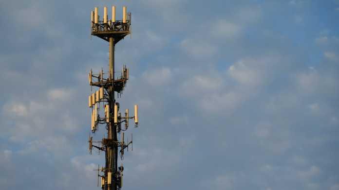 Großer Mast mit vielen Mobilfunk-Antennen