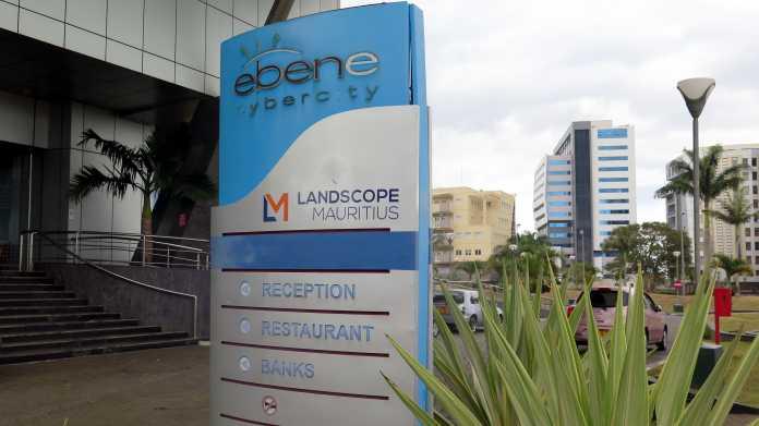 """Schild """"Ebene Cybercity"""" vor Hochhäusern, danabend tropische Pflanzen"""