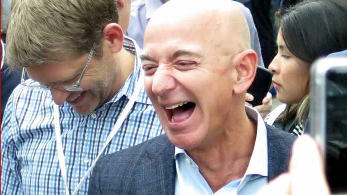 Jeff Bezos, herzhaft lachend