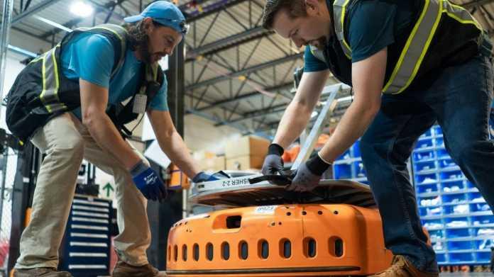 Amazon-Mitarbeiter mit Roboter