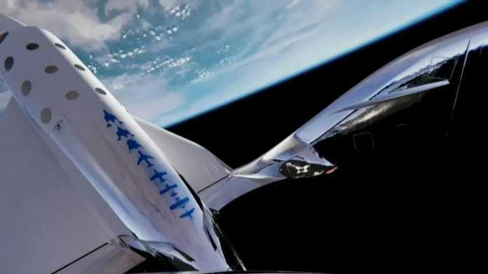 Raumflugzeug schwebt im Orbit