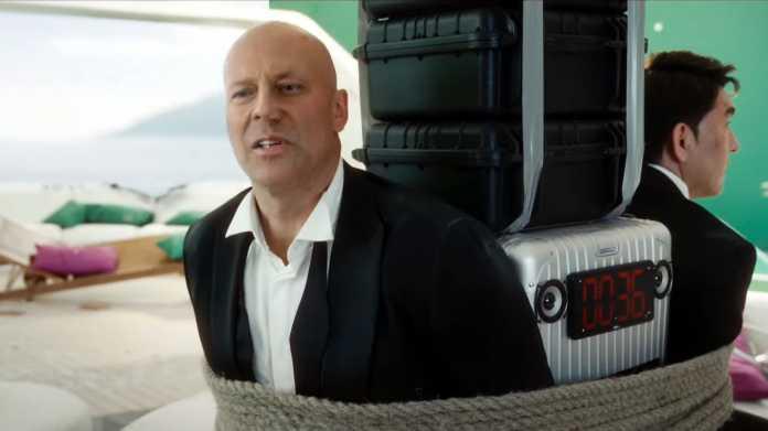"""""""Bruce Willis"""" und Asamat Mussaghalijew sind an eine Bombe gefesselt, deren Countdown auf 36 Sekunden steht"""
