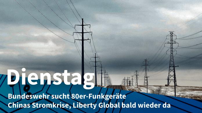 """Dunkle Wolken über eine Landstraße, an der beidseitig Strommasten stehen; Text """"Dienstag: Bundesweg sucht 80er-Funkgeräte, Chinas Stromkrise, Liberty Global bald wieder da"""""""