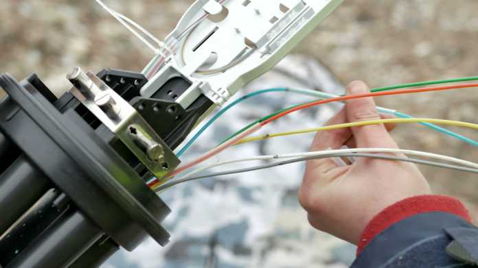 Glasfasern kommen aus Rohr heraus