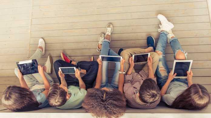 Jugendliche mit Tablets