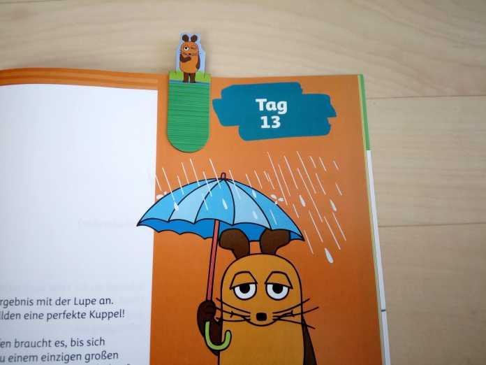 Ausschnitt einer Buchseite: Oben ist ein Lesezeichen mit der Maus, unten die Maus mit Regenschirm zu sehen.