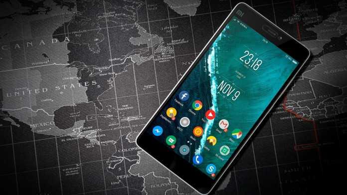 Smartphone vor Landkarte