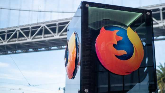 Glasquader mit Firefox-Logos, dahinter eine große Hängebrücke