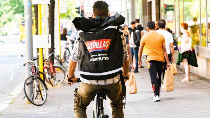Ein Fahrradkurier liefert in Berlin Lebensmittel für den Lieferdienst Gorillas aus.