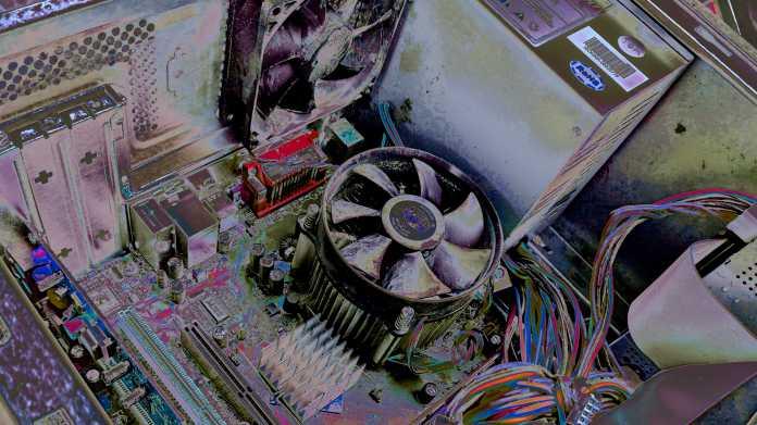 Altes Motherboard in geöffnetem Gehäuse mit CPU, Kühler, Lüfter, Kabeln