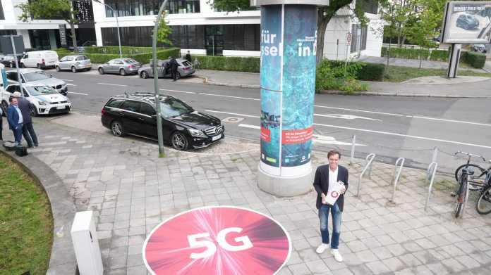 Vodafones Technik-Chef Gerhard Mack bei der Vorstellung von Deutschlands erster 5G-Litfaßsäule in Düsseldorf.