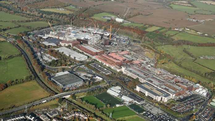 Intel-Standort Leixlip in Irland mit der Fab 24; im Hintergrund Bauarbeiten an der Fab 34.