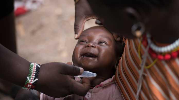 Lachendes Baby bei Schluckimpfung
