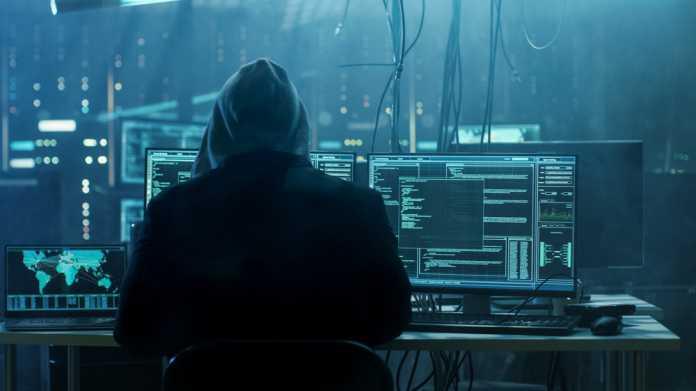 Hacker im Hoodie am Computer