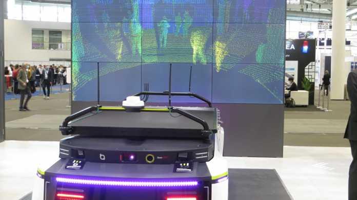 Lidar-Präsentation auf einem Messestand: Autoatrappe, darauf ein Lidar - auf einem Bildschirm sind die vom Lidar erfassten Punkte der Umgebung zu sehen