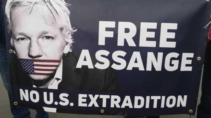 """Plakat mit Bild von Julian Assange und Aufschrift """"Free Assange - no U.S. extradition"""""""