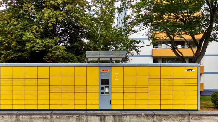 Die gelben Kästen einer Packstation im Freien
