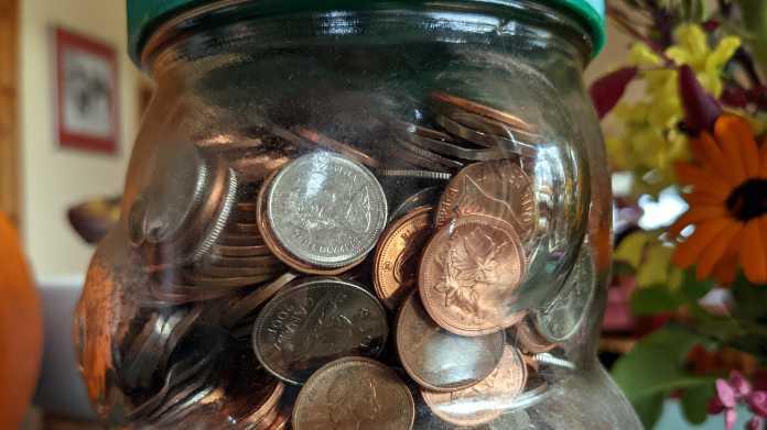 Sammelglas voller kanadischer Münzen