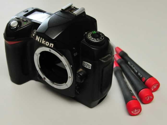 Unser Opfer: Eine ältere Nikon D70 mit dem Operationsbesteck.