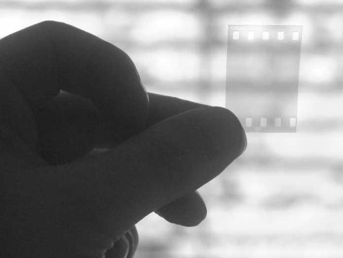 Ein für das Auge völlig schwarzer Diafilm ist IR-fotografiert fast unsichtbar.