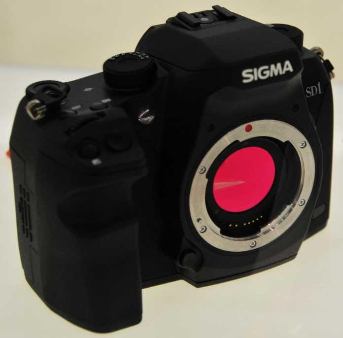 Bei Sigma-SLRs liegt das IR-Sperrfilter leicht zugänglich vor dem Spiegelkasten.