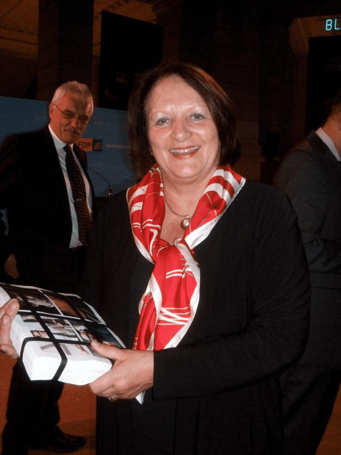 Bundesjustizministerin Sabine Leutheusser-Schnarrenberger mit den ausgedruckten Daten eines Facebook-Profils