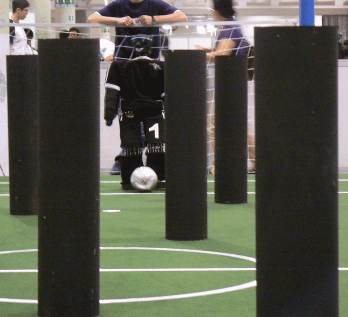 Roboter beim Fußballspielen