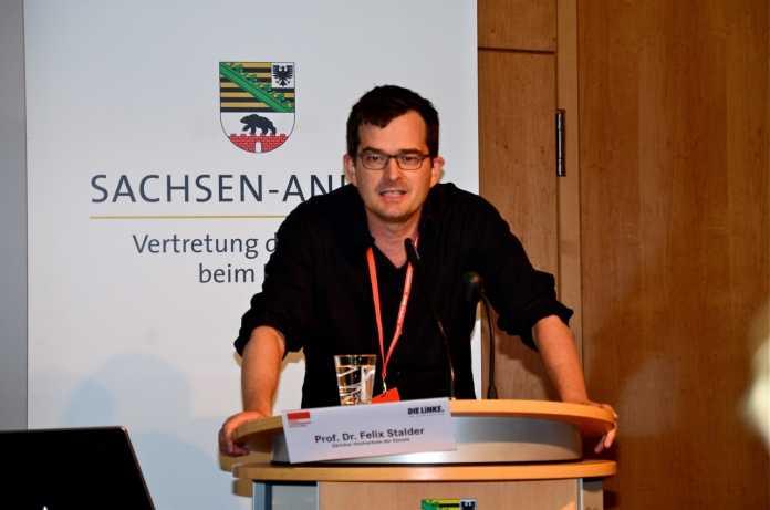 Foto Professor Stalder beim Reden