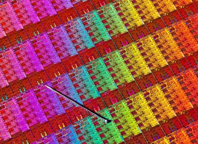 Intels Haswell-Die im Größenvergleich zu einer Stecknadel