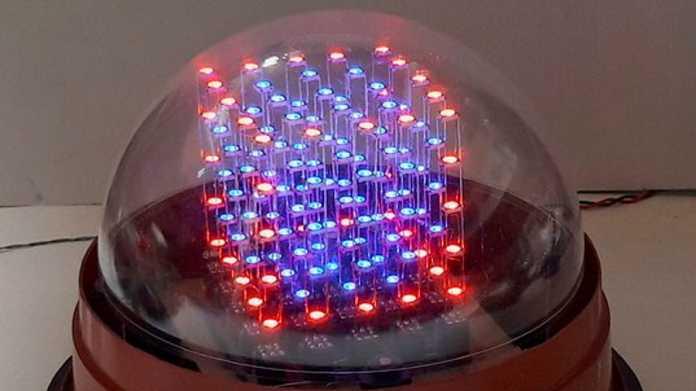 Ein Würfel aus vielen LEDs unter einer Glaskuppel