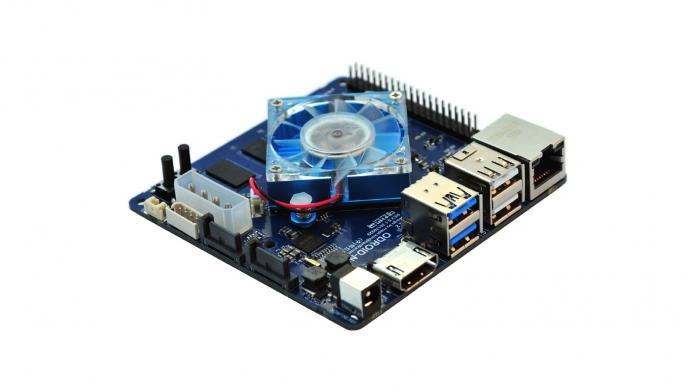 Ein quadratischer Einplatinenrechner mit aufmontiertem Kühler