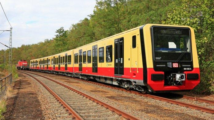 S-Bahn Halbzug des Konsortiums Stadler/Siemens für die S-Bahn Berlin - Baureihe ET 484