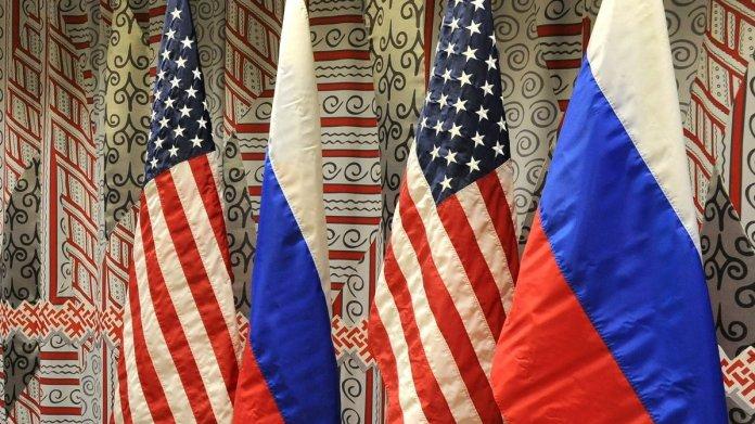Je 2 Fahnen der USA und Russlands