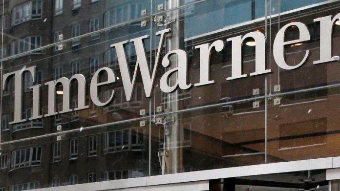"""Gläserne Pforte mit Aufschrift """"Time Warner"""""""