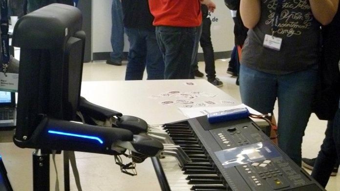Roboter spielt auf Musik-Keyboard