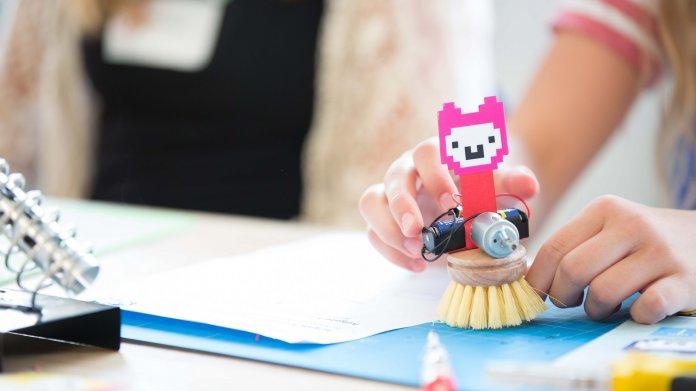 Bürstenroboter mit rosa Alpaka-Kopf von Jugend Hackt.
