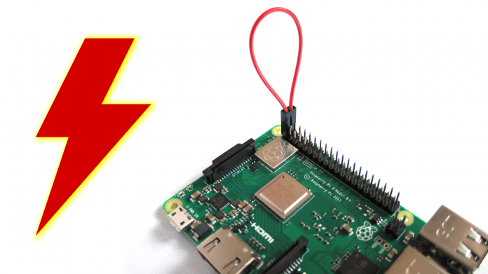 Roter Blitz neben einem Raspberry Pi.
