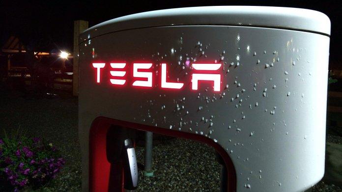 Tesla-Ladestation bei Nacht