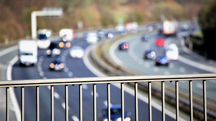 Verkehr auf der Autobahn von einer Brücke aus gesehen