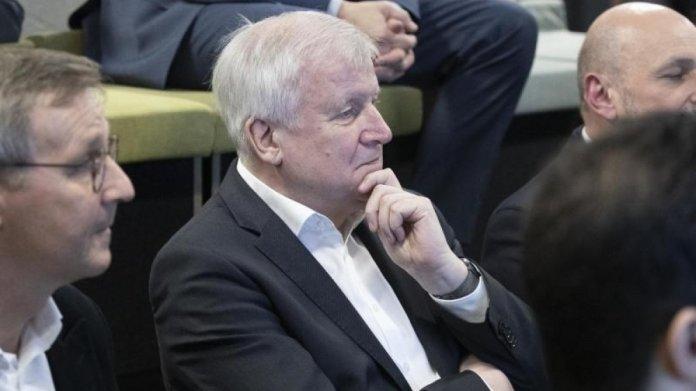 Innenminister Seehofer besucht Digitalisierungslabor