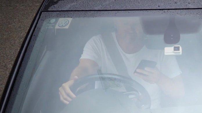 KI erkennt Smartphone-Nutzung am Lenkrad: Jetzt werden Strafen fällig