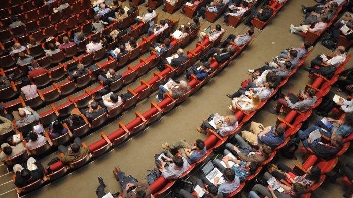 Hörsaal mit Studierenden aus der Vogelperspektive.
