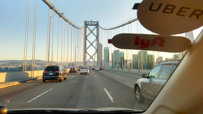 Fahrt auf der Bay Bridge Richtung San Francisco in einem Lyft/Uber-Fahrzeug