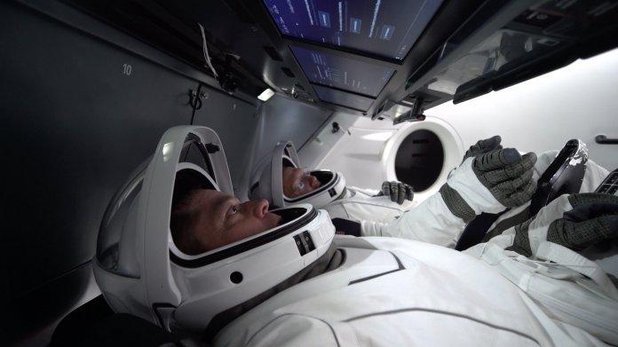 2 Astronauten liegen in Raumkapsel