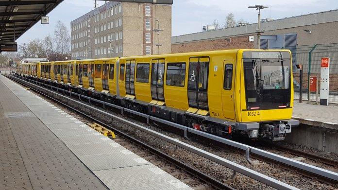 Gelber U-Bahn-Zug Station unter freiem Himmel