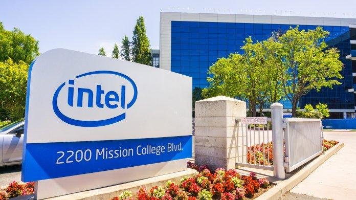 Intel-Logo an Grundstückseinfahrt