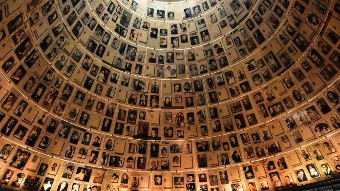 Innenansicht eines runden Turms, dessen Wand mit Fotos ausgekleidet ist.