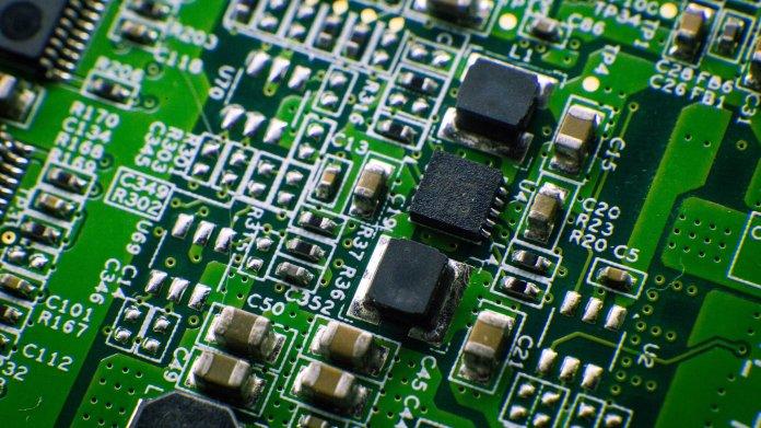 Detailsaufnahme eines Motherboards mit Chips (Symbolbild)