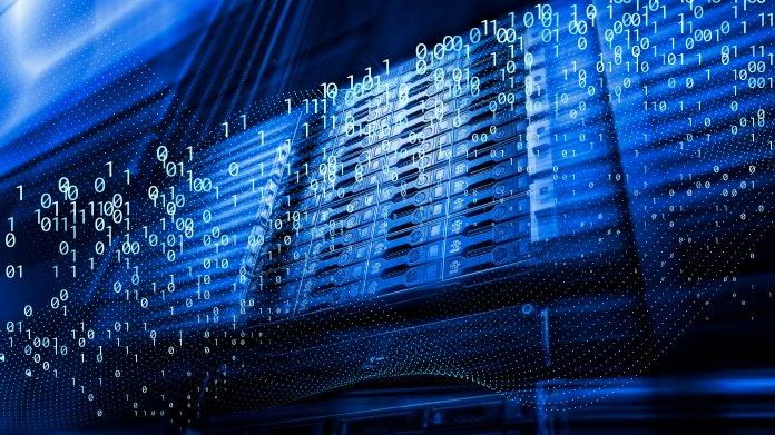Symbolbild zeigt schwebende Nuller und Einser vor Serverracks